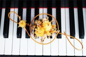 ピアノの鍵盤にト音記号の飾りが乗っている写真