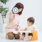 保育士と幼児が遊んでいる写真