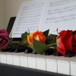 ピアノとバラの写真