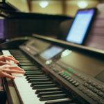 電子ピアノを弾く手
