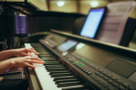 piano-playing-375363_1280_301