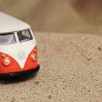 バスのおもちゃが砂の上にある