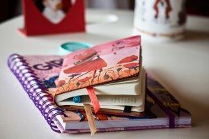 ノートと手帳が机の上に