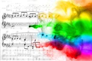 楽譜に様々な色がかかっているイラスト