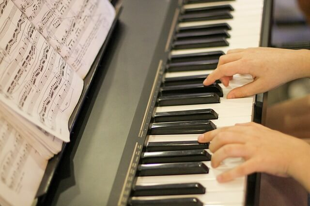 楽譜を立ててピアノを弾いている