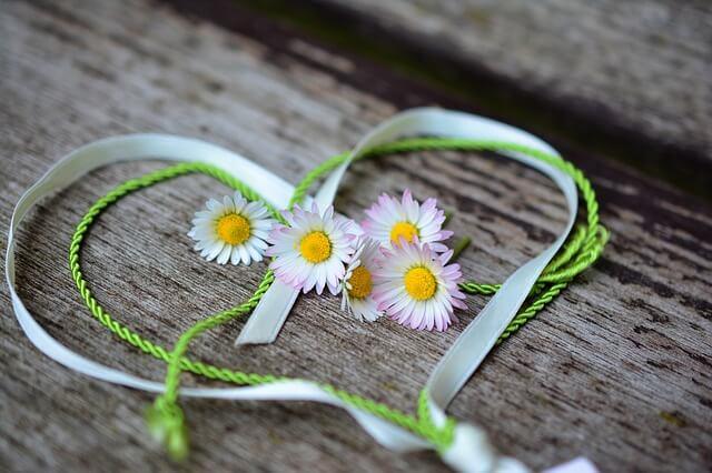 木片にハート型のリボンと花