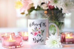 結婚をイメージするカップとキャンドルと花束