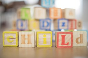 CHILDの文字が書いてある積み木の写真