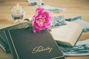 本と写真花とキャンドルでノスタルジーを表現