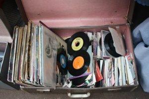 鞄にたくさんのレコード
