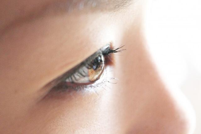 女性の目のアップ写真
