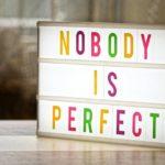 「完璧な人はいない」と書かれた英語のボード写真