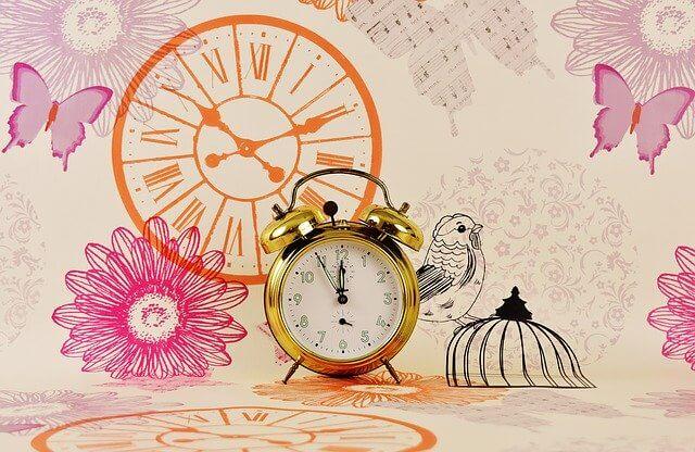 明るい壁紙に時計の写真