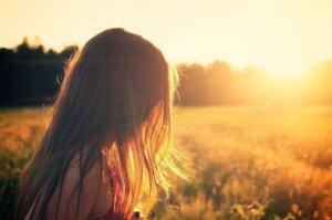 夕日を浴びた女の子