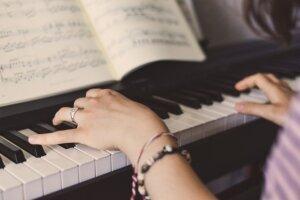 ピアノを弾いている