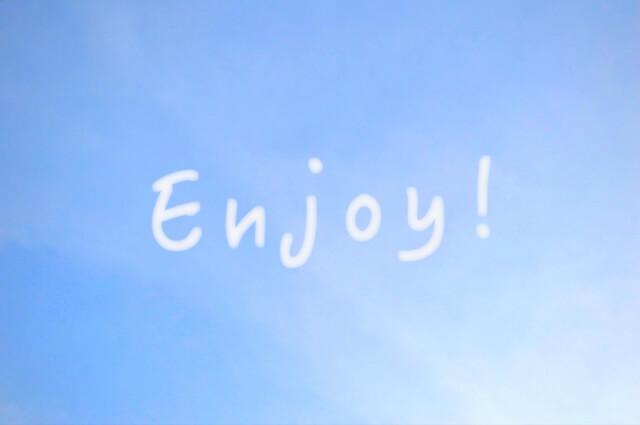青い空に白い文字でEnjoy!の写真